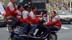 várias pessoas em uma moto